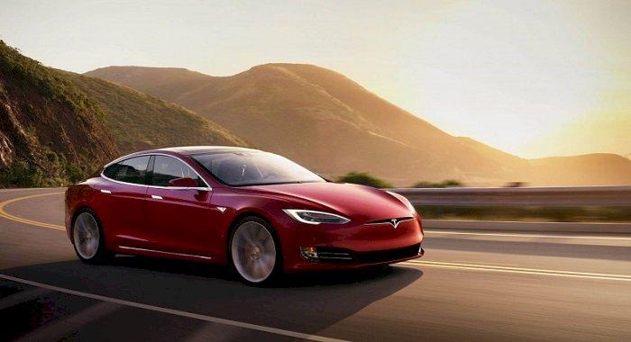 Un șofer dormea în timp ce mașina lui Tesla mergea cu 150 km/oră și ignora poliția