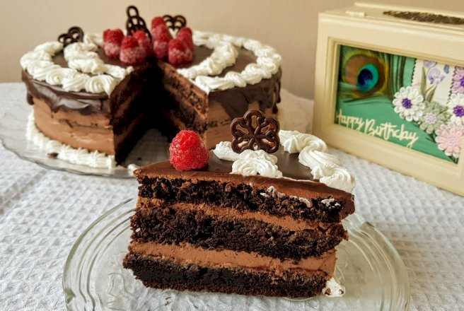 Tort cu crema de ciocolata si gem de zmeura