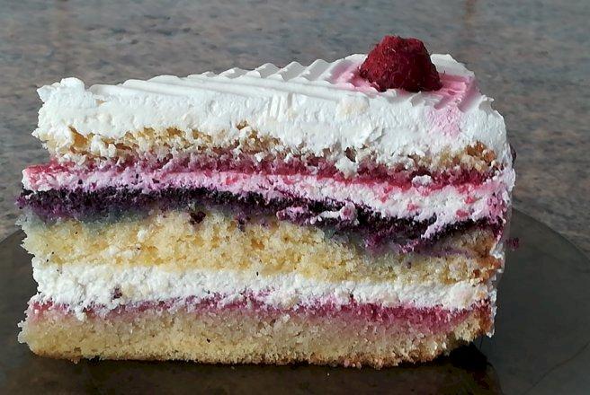 Desert tort cu crema de mascarpone si fructe de padure